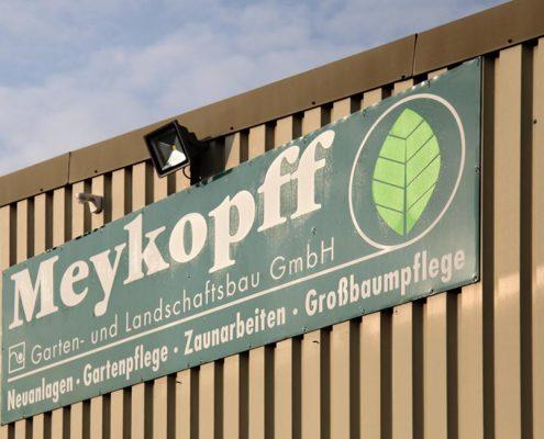 Meykopff Garten- Landschaftbau Firmenschild am Gebäude im Schlehenweg 5