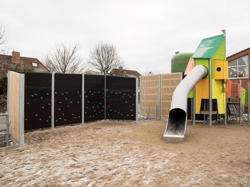 Meykopff Garten-Landschaftbau in Lübeck Spielplatz Schallschutzmauer Detail der intergrierten Kletterwand