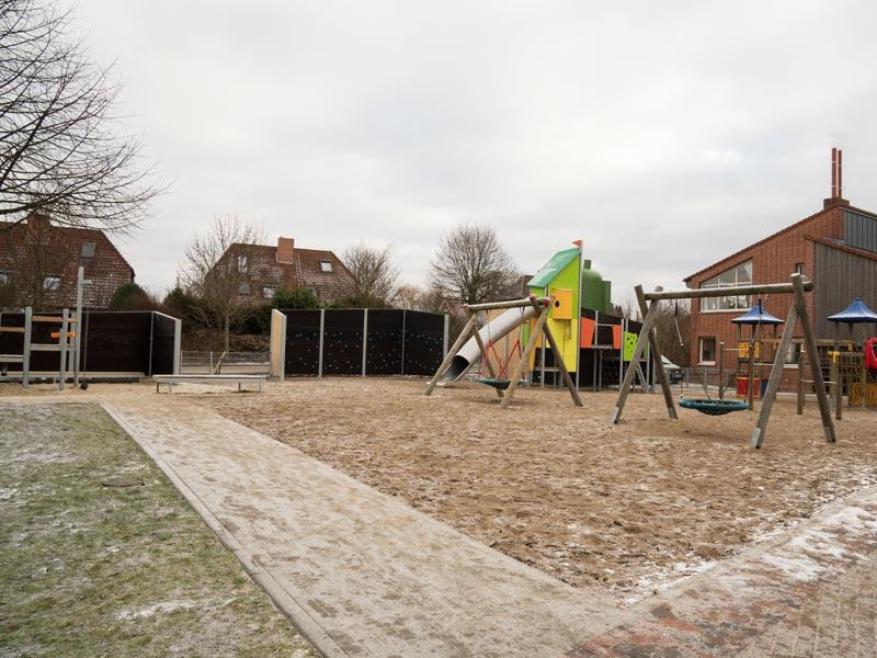 Meykopff Garten-Landschaftbau in Lübeck Spielplatz Schallschutzmauer mit integrierter Kletterwand