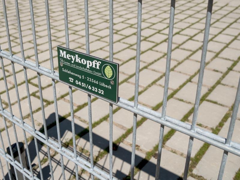 Meykopff Garten- und Landschaftsbau Zaunbau Metallzaun Detail Firmenschild