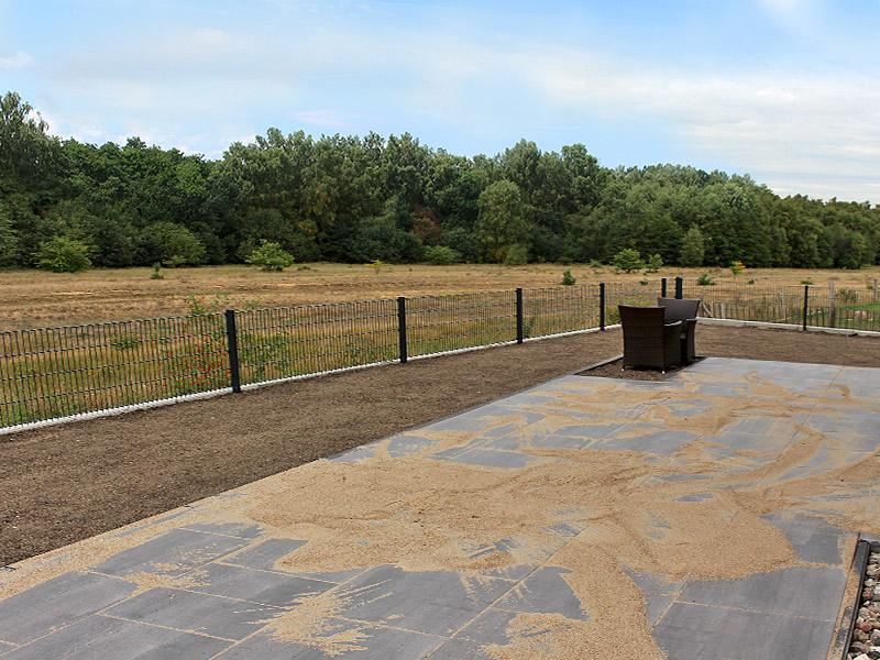 Dank Winkelstützen: große Gartenfläche im Neubaugebiet