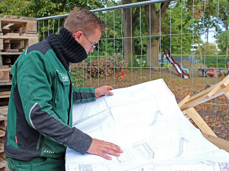 Meykopff GaLaBau, Lübeck - unser Vorarbeiter liest den Bauplan