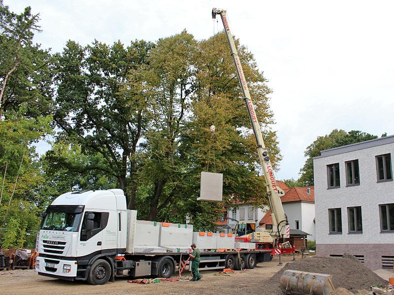 Meykopff GaLaBau, Lübeck - Winkelstützen werden entladen