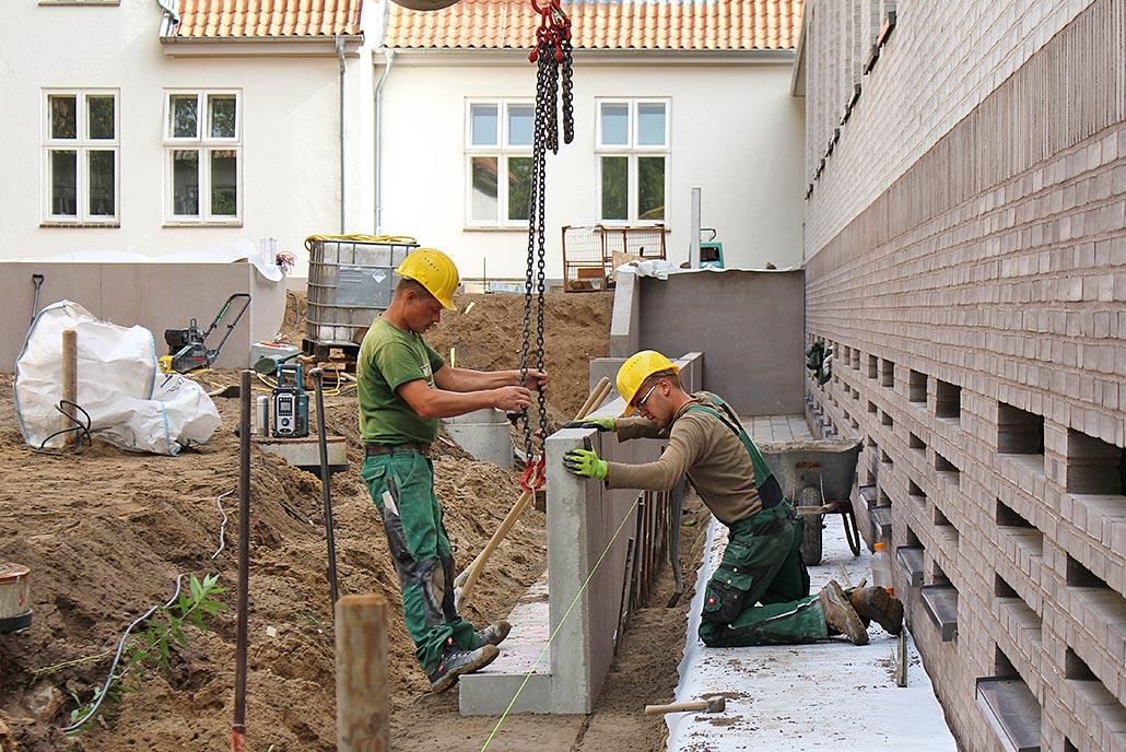 Meykopff GaLaBau, Lübeck - Unser Team setzt Winkelstützen