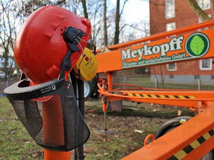 Meykopff-GaLaBau: Schutzausrüstung beim Baum fällen