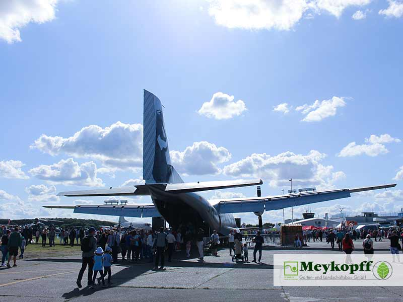 Meykopff Luebeck Garten Landschaftsbau Flughafen - Flugzeug von hinten