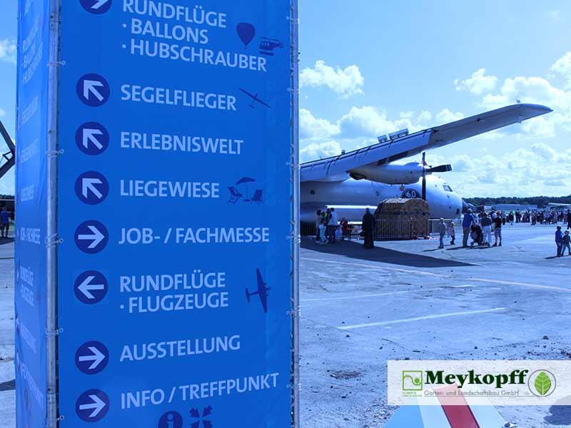 Meykopff Luebeck Garten Landschaftsbau Flughafen - Wegweiser auf dem Gelände
