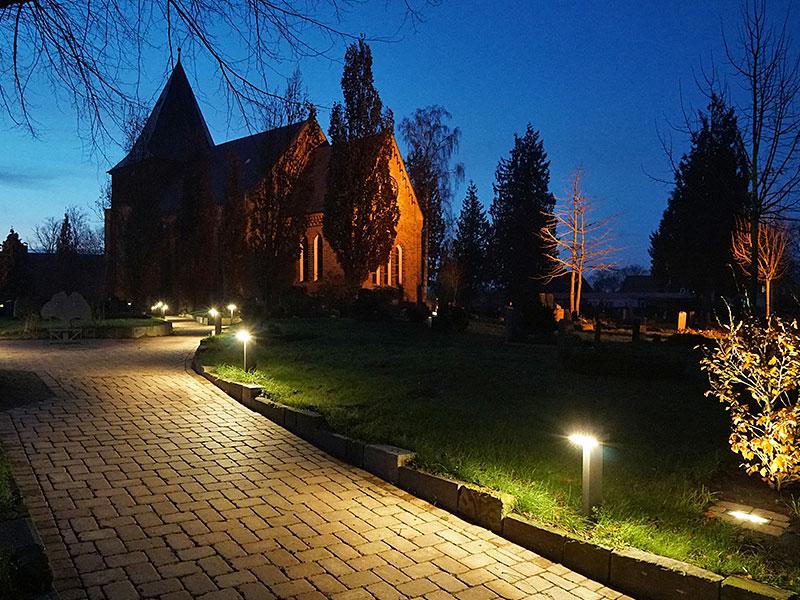 Meykopff GaLaBau Lübeck Pflasterarbeiten Friedhof Krummesse Dämmerung