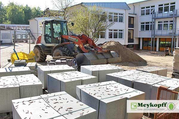 Meykopff-Radlader auf dem Schulhof des Ostsee-Gymnasiums