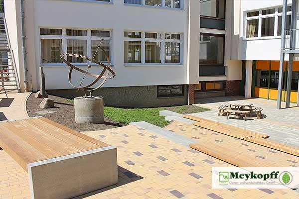 Skulptur auf dem Schulhof des Ostsee-Gymnasiums