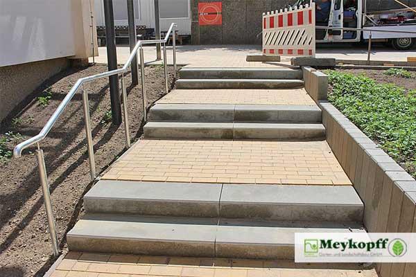 Neu gebaute Treppe zum Innenhof