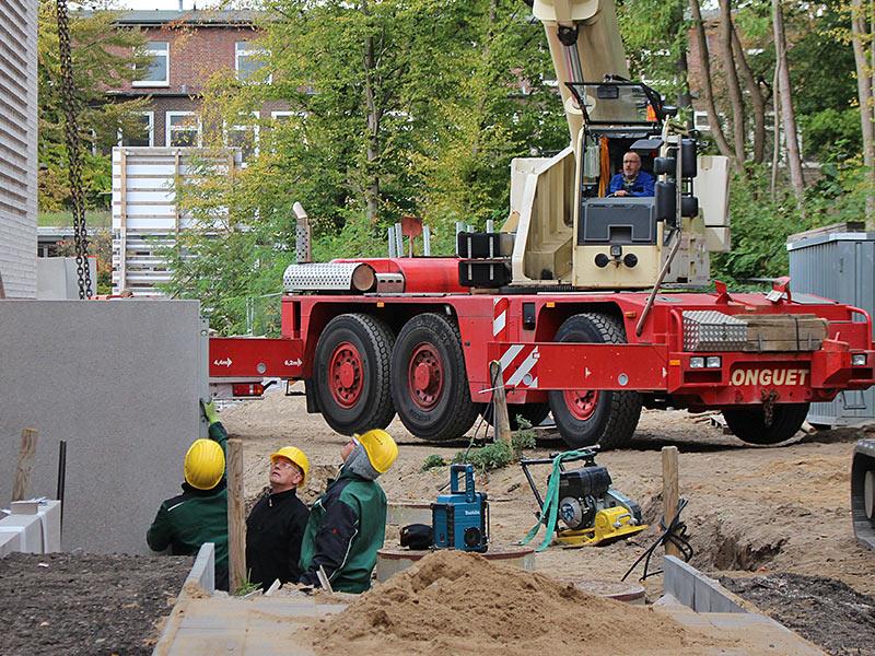 Meykopff GaLaBau, Lübeck - Schwerlastkran liefert L-Steine