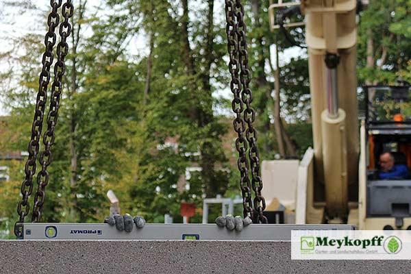 Das Meykopff-Team überprüft den Einbau einer Winkelstütze