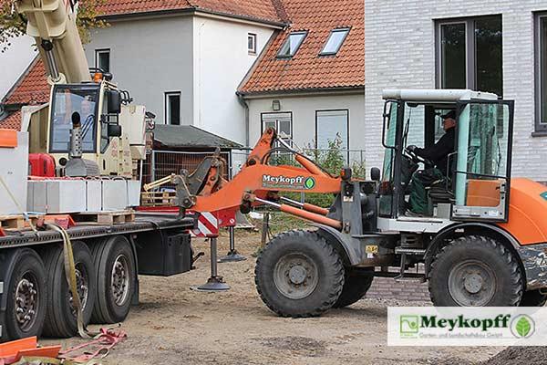 Baumaterial wird per Radlader entladen