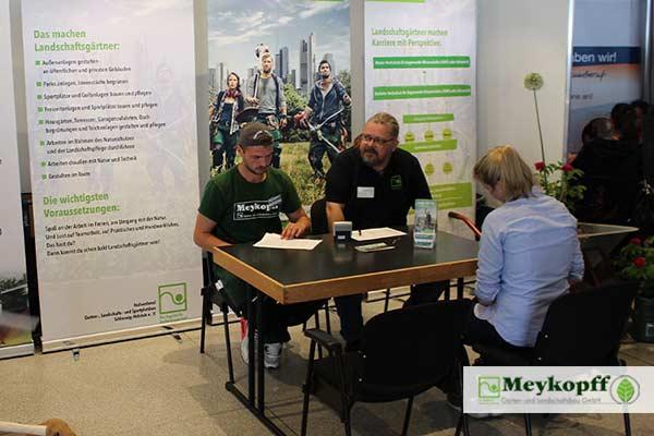 Meykopff GaLaBau Lübeck Gespräch am Messestand
