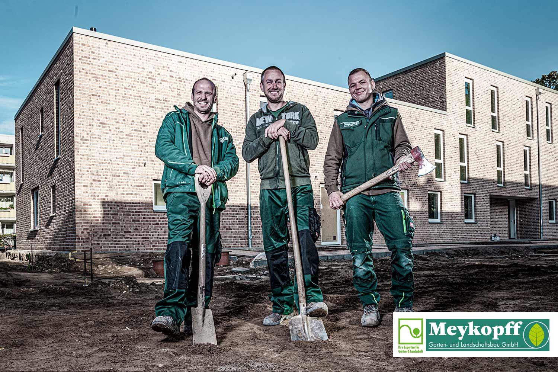 Meykopff-Luebeck-Garten-Landschaftsbau- Team mit Werkzeug