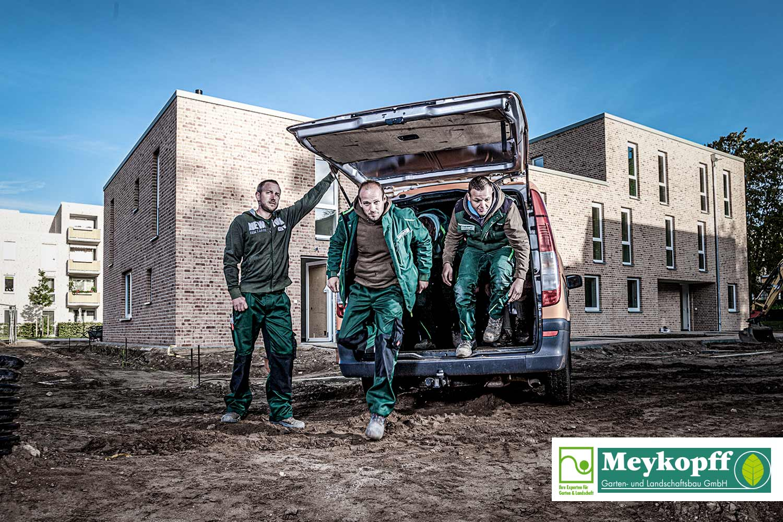 Meykopff-Luebeck-Garten-Landschaftsbau- Team springt raus dem Wagen