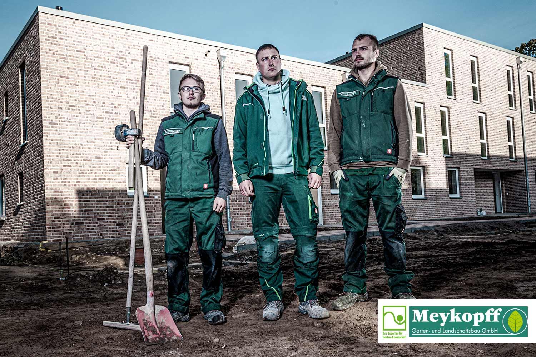 Meykopff-Luebeck-Garten-Landschaftsbau- Team steht mit Werkzeug
