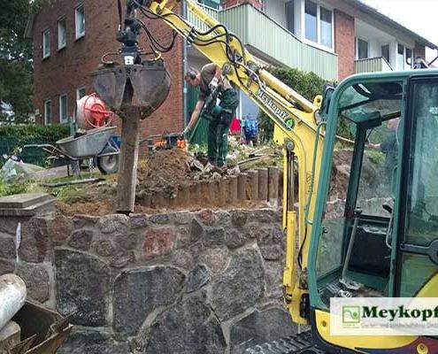 Meykopff Galabau Arbeiten an einer Natursteinmauer