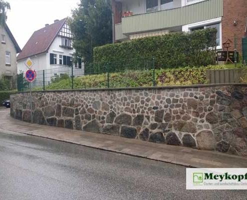Meykopff Galabau fertige Natursteinmauer